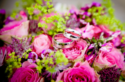 A picture of some beautiful roses and two wedding rings.